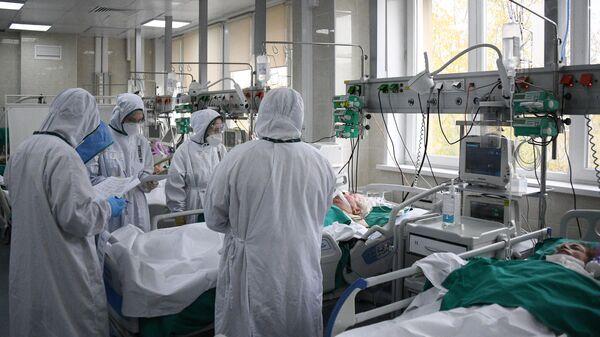 Медицинские работники в отделении реанимации и интенсивной терапии в городской клинической больнице №15 имени О. М. Филатова в Москве