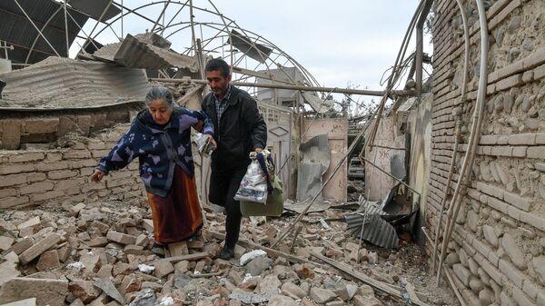 Жители дома, разрушенного в результате обстрела города Гянджа