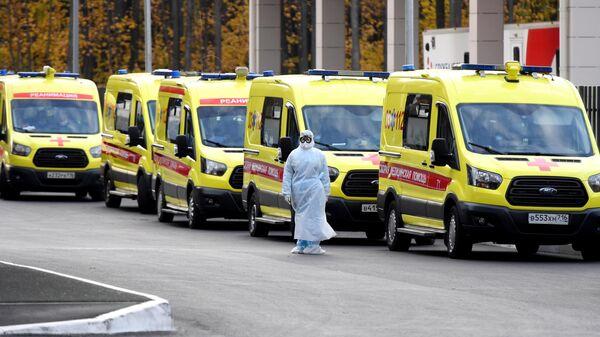 Очередь автомобилей скорой помощи у Республиканской клинической инфекционной больницы в Казани