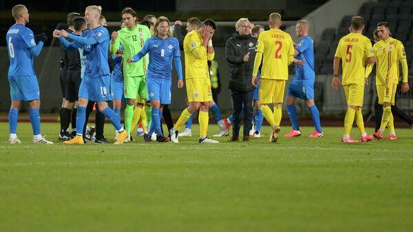Футболисты сборных Исландии и Румынии
