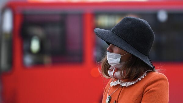 Девушка в медицинской маске в Новосибирске