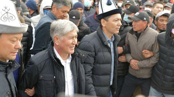 Экс-глава Киргизии Алмазбек Атамбаев на митинге в Бишкеке