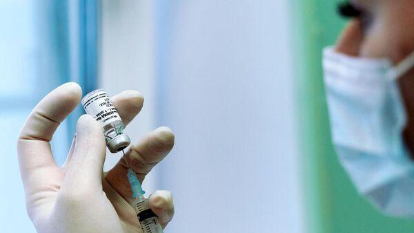 Медсестра во время вакцинации от коронавирусной инфекции
