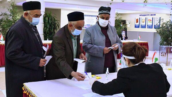 Люди участвуют в выборах президента Таджикистана на избирательном участке в Душанбе