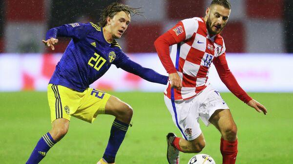 Полузащитник сборной Хорватии Никола Влашич (справа) и хавбек сборной Швеции Кристоффер Ульссон