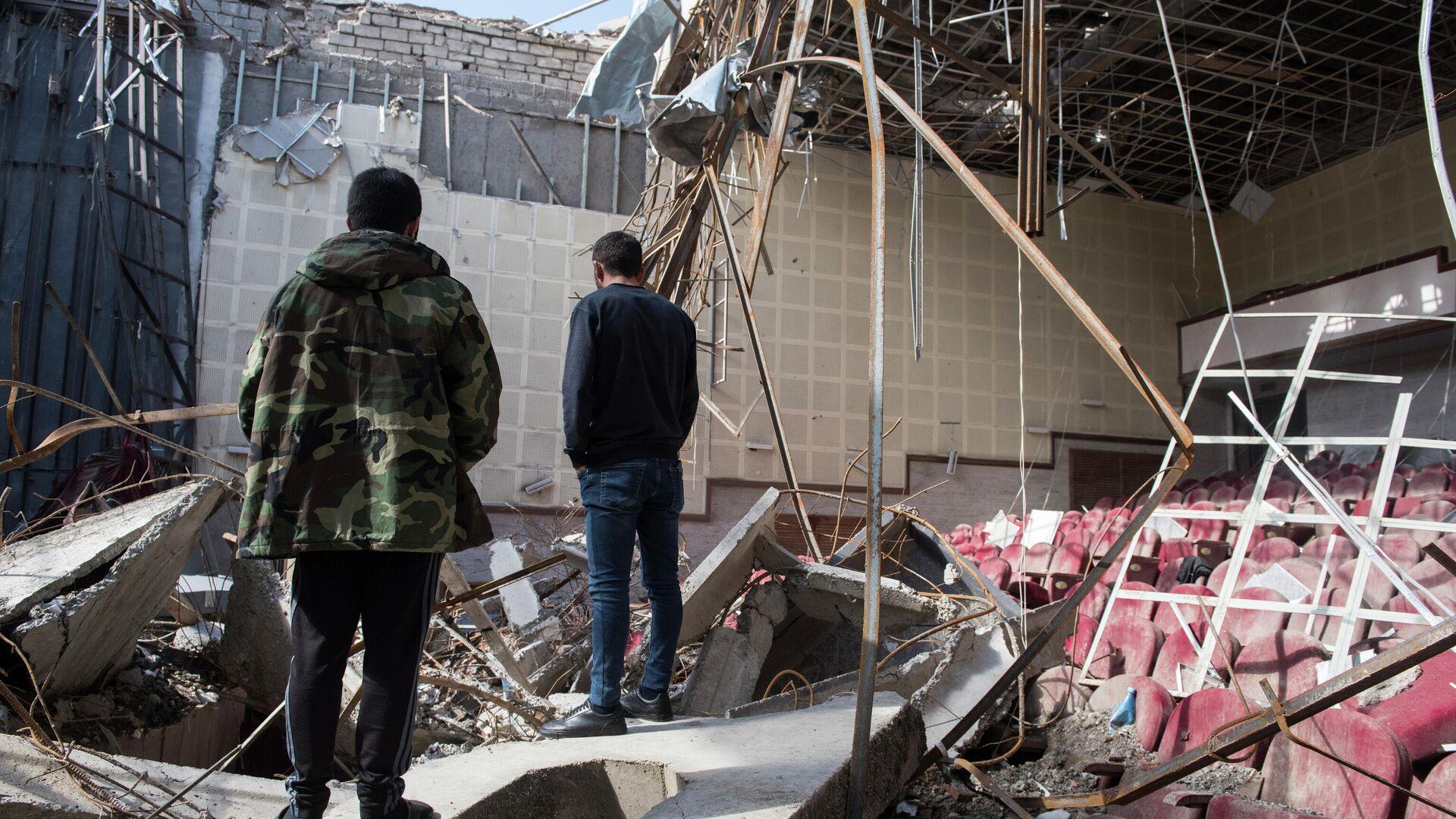 Разрушенный обстрелом кинотеатр в городе Шуши в Карабахе - РИА Новости, 1920, 08.11.2020