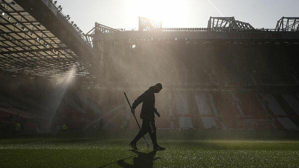 Работник стадиона Олд Траффорд