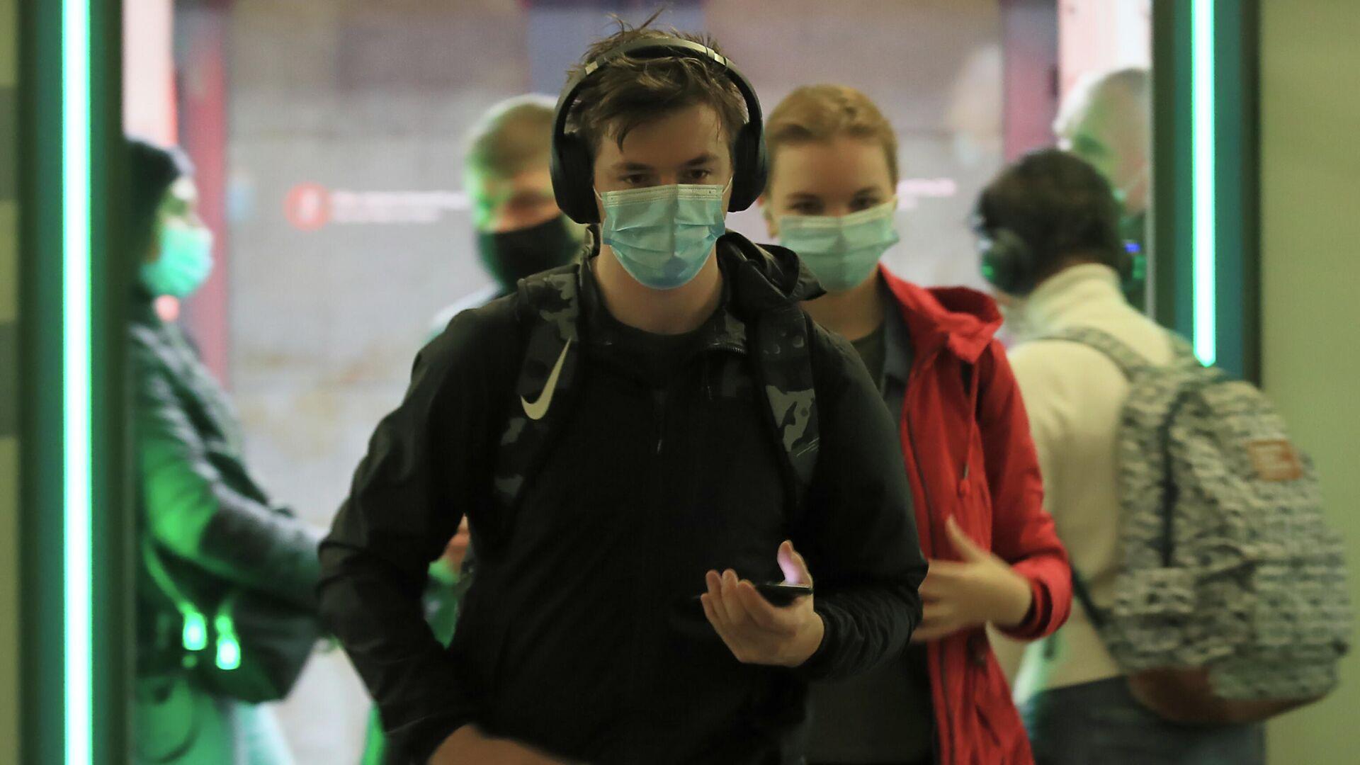 Пассажиры в защитный масках на одной из станций Московского метрополитена - РИА Новости, 1920, 12.10.2020