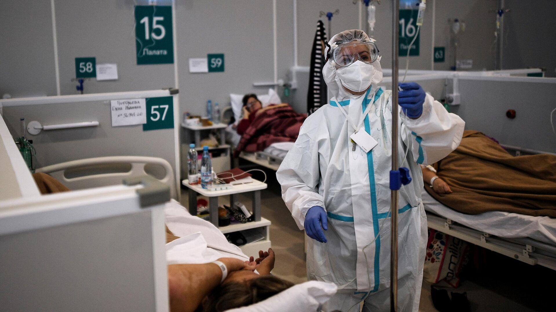 Медицинский работник во временном госпитале для пациентов с COVID-19 в Сокольниках - РИА Новости, 1920, 03.01.2021