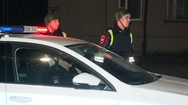 Сотрудники полиции на автобусной остановке в поселке Большеорловский в Нижегородской области, где неизвестный устроил стрельбу