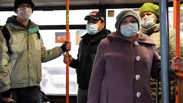 Пассажиры в медицинских масках в автобусе