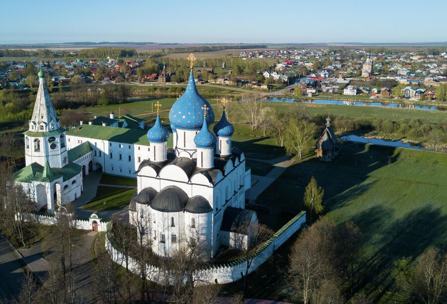 Суздальский кремль. В центре - Рождественский собор (Рождества Богородицы).