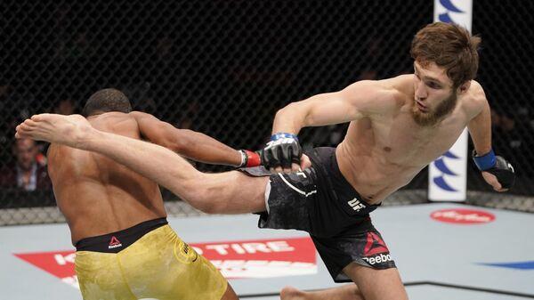 Саид Нурмагомедов (справа) в бою с Раони Барселосом
