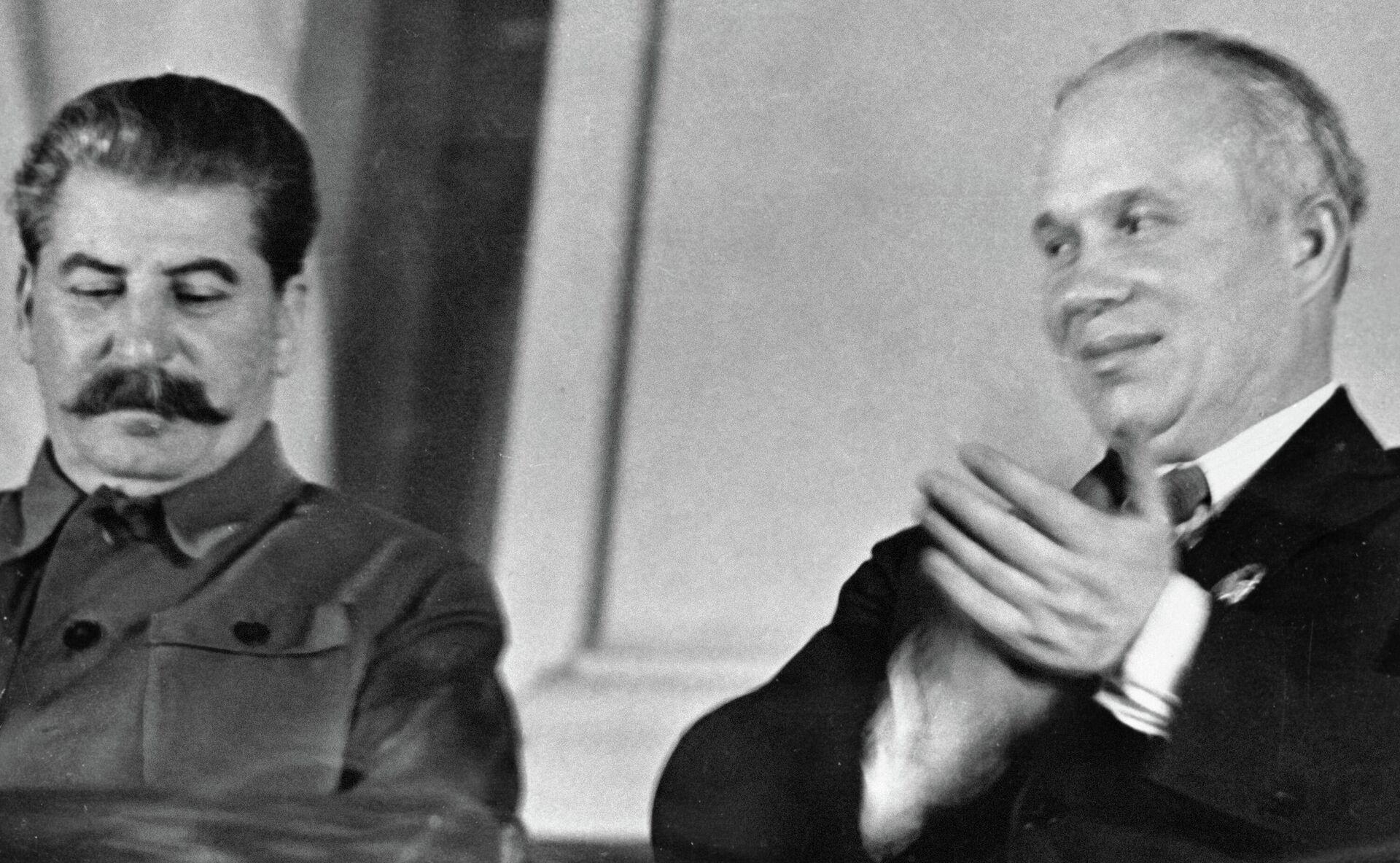 Генеральный секретарь ЦК ВКП (б) Иосиф Сталин (слева) и член ЦК Никита Хрущев в президиуме Х съезде комсомола. - РИА Новости, 1920, 14.10.2020