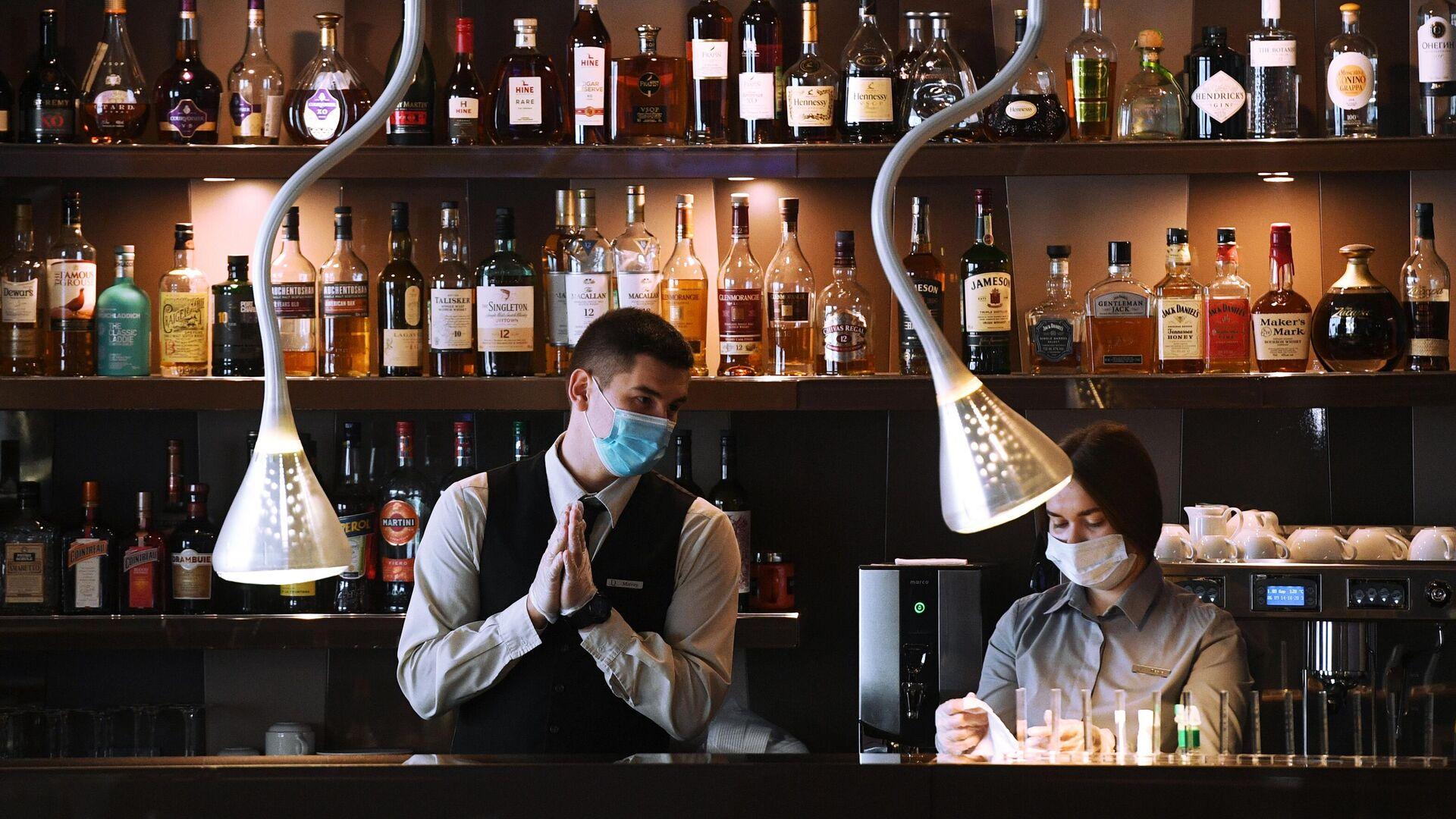 Сотрудники бара в защитных масках - РИА Новости, 1920, 07.11.2020