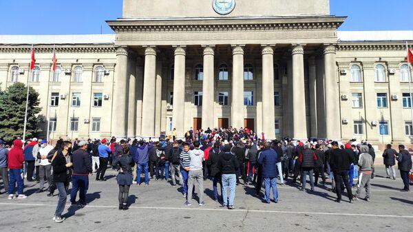 Митингующие у дома правительства в Бишкеке