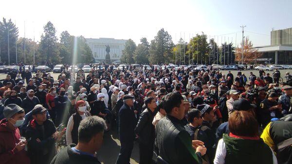 Митингующие у дома правительства в Бишкеке. Президент Киргизии Сооронбай Жээнбеков объявил об уходе в отставку