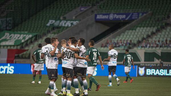 Футболисты Коритибы празднуют гол в ворота Палмейраса.