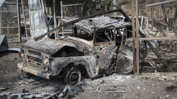 Сгоревшие автомобили у госпиталя в Мартакерте, разрушенного в результате обстрела