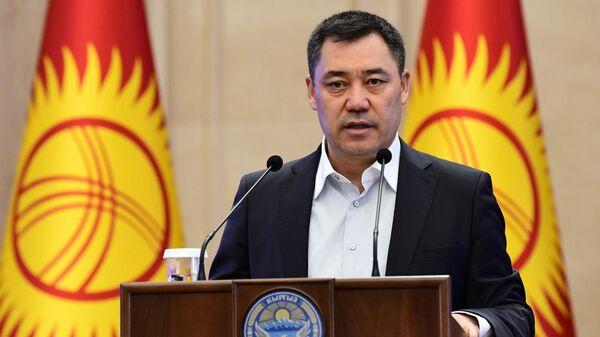 Премьер-министр Киргизии Садыр Жапаров выступает на внеочередном заседании парламента в Бишкеке