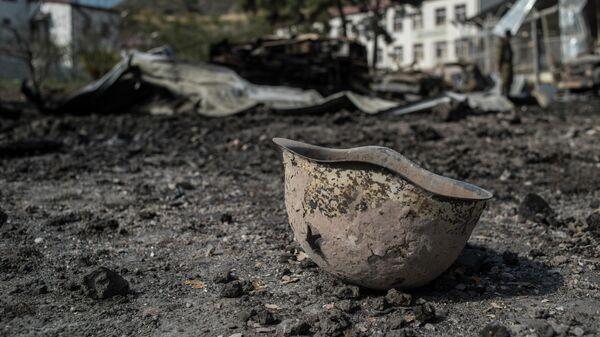 Пробитая каска на территории у госпиталя в Мартакерте, разрушенного в результате обстрела