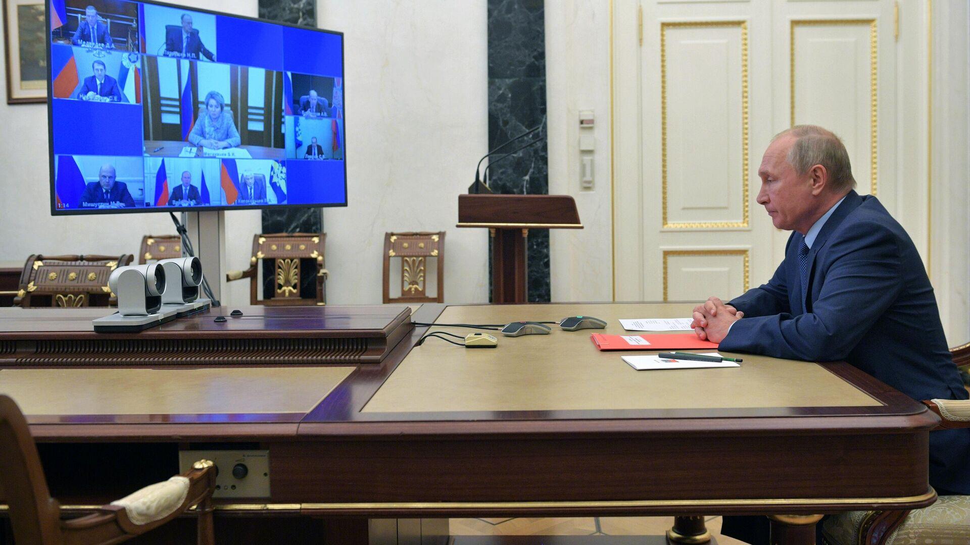 Президент РФ Владимир Путин проводит оперативное совещание с постоянными членами Совета безопасности РФ в режиме видеоконференции - РИА Новости, 1920, 16.10.2020