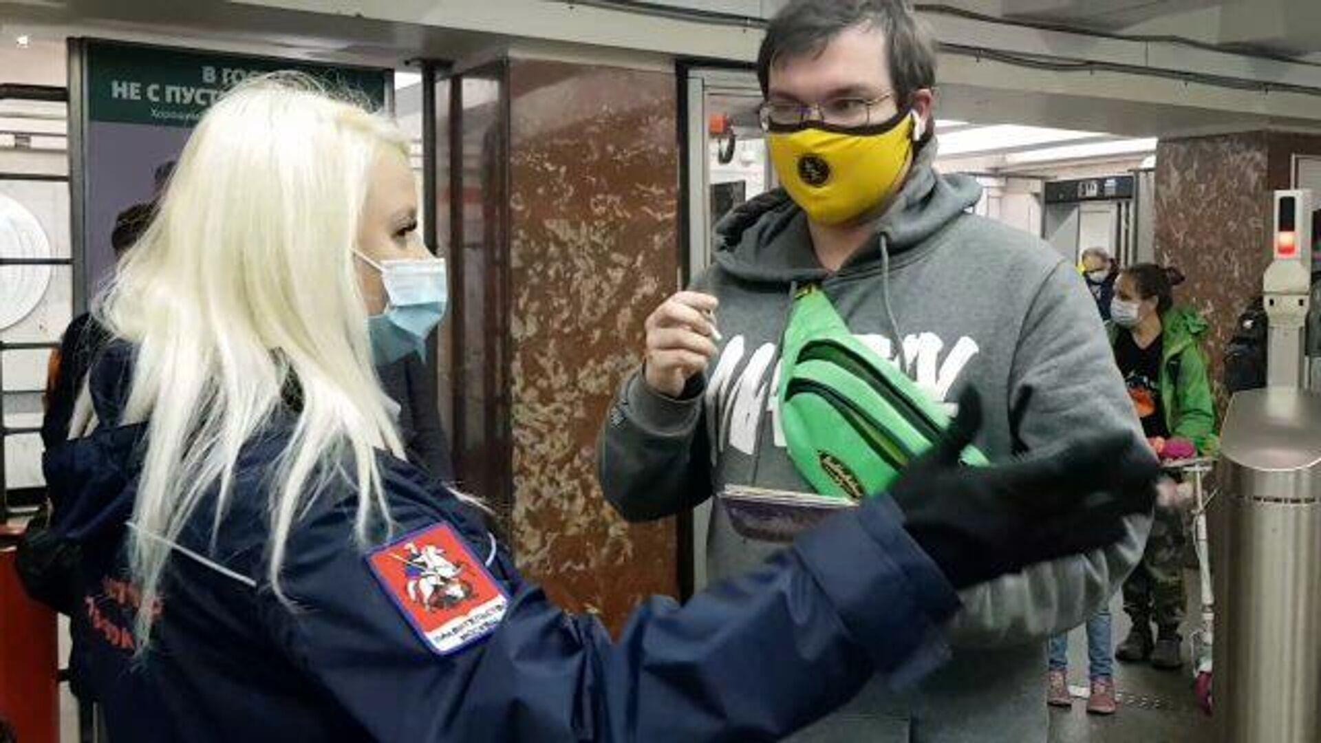 Ковид-контроль: в московском метрополитене проверяют наличие масок и перчаток у пассажиров - РИА Новости, 1920, 16.10.2020