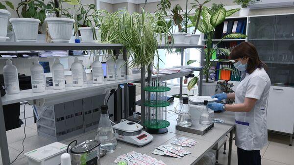 Сотрудница в лаборатории