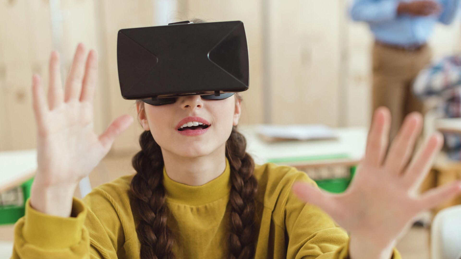Школьница в очках виртуальной реальности  - РИА Новости, 1920, 20.10.2020