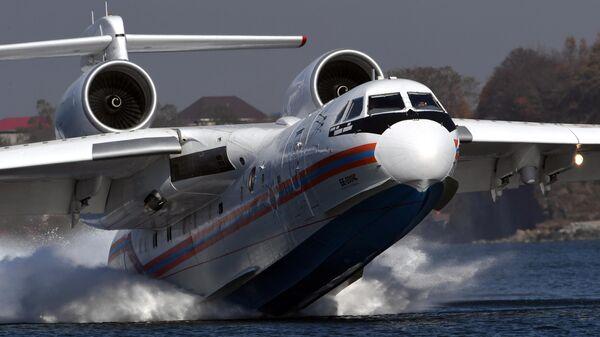 Многоцелевой самолет-амфибия Бе-200ЧС во время отработки взаимодействия авиации МЧС России с наземными и морскими спасательными службами в Приморье