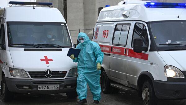Машины скорой помощи возле приемного отделения временного госпиталя COVID-19 на ВДНХ в Москве