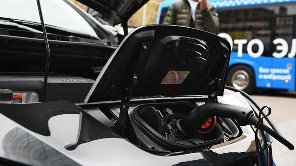 Электромобиль во время подзарядки