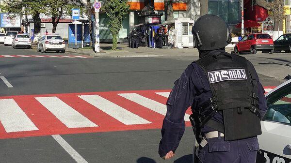 Полицейский возле филиала Банка Грузии в центре Зугдиди, где вооруженный мужчина захватил заложников