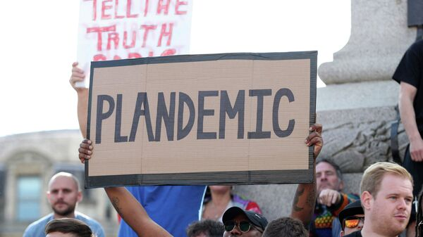 Участники демонстрации на Трафальгарской площади в Лондоне