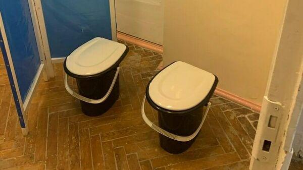 Туалет, организованный за ширмой в Курской городской больнице