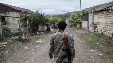 Местный житель в поселке Храморт в Нагорном Карабахе