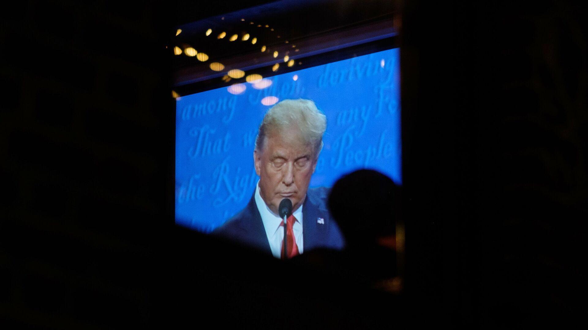 Экран с трансляцией финального раунда дебатов с участием президента США Дональда Трамп - РИА Новости, 1920, 12.11.2020