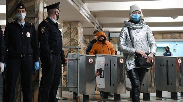 Сотрудники полиции проверяют соблюдение ношения масок на станции Студенческая Новосибирского метрополитена