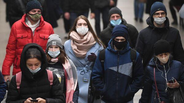 Пассажиры в защитных масках в метрополитене Новосибирска