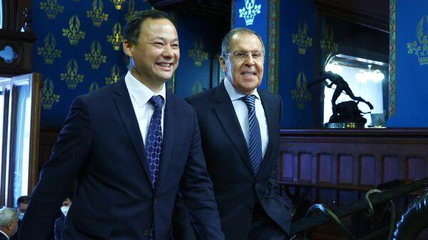 Министр иностранных дел РФ Сергей Лавров и министр иностранных дел Киргизии Руслан Казакбаев во время встречи в Москве