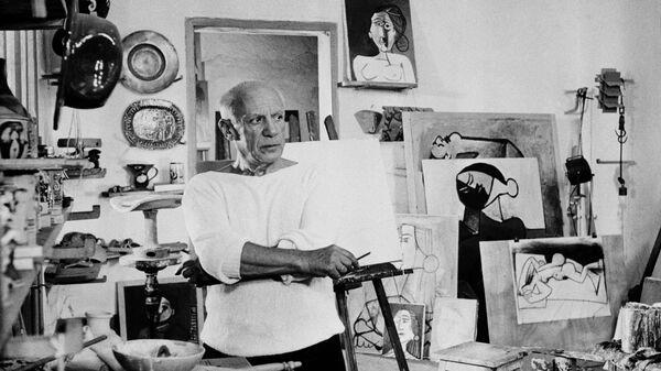 Художник Пабло Пикассо у себя в студии в Валлорисе