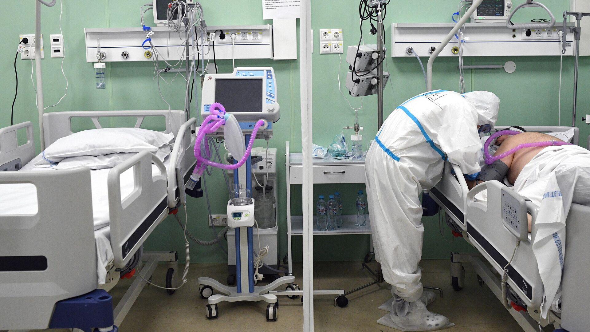 Медицинский работник и пациент в палате временного госпиталя COVID-19 на ВДНХ в Москве - РИА Новости, 1920, 25.11.2020