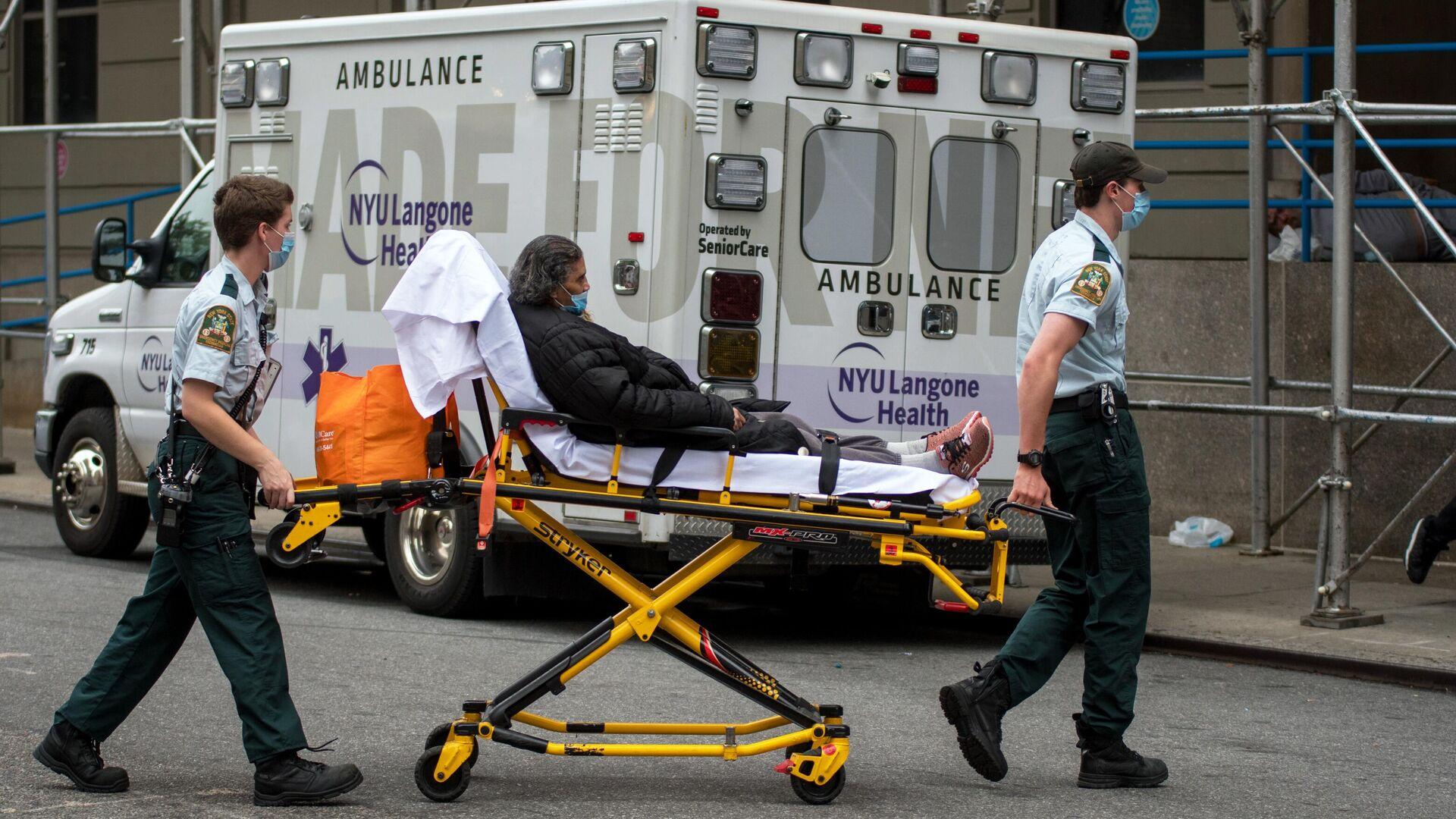 Медицинские работники доставили женщину в больницу на Манхэттене в Нью-Йорке - РИА Новости, 1920, 03.11.2020