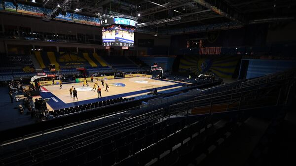 Игроки играют при пустом зале в матче 5-го тура регулярного чемпионата мужской баскетбольной Евролиги сезона 2020/2021 между БК Химки (Химки, Россия) и БК Маккаби (Тель-Авив, Израиль). В связи с распоряжением губарнатора Московской области Андрея Воробьева из-за ухудшение эпидемиологической ситуации в регионе спортивные состязания проходят без зрителей.