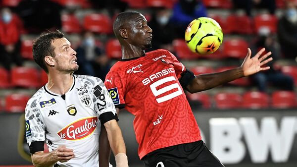 Stade Rennais' French forward Serhou Guirassy (R) vies with Angers' French defender Romain Thomas during the French L1 football match between Stade Rennais and Angers, at the Roazhon Park stadium in Rennes, northwestern France on October 23, 2020. (Photo by DAMIEN MEYER / AFP)