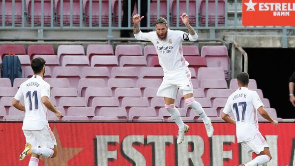 Футболисты Реала радуются забитому голу в матче чемпионата Испании против Барселоны