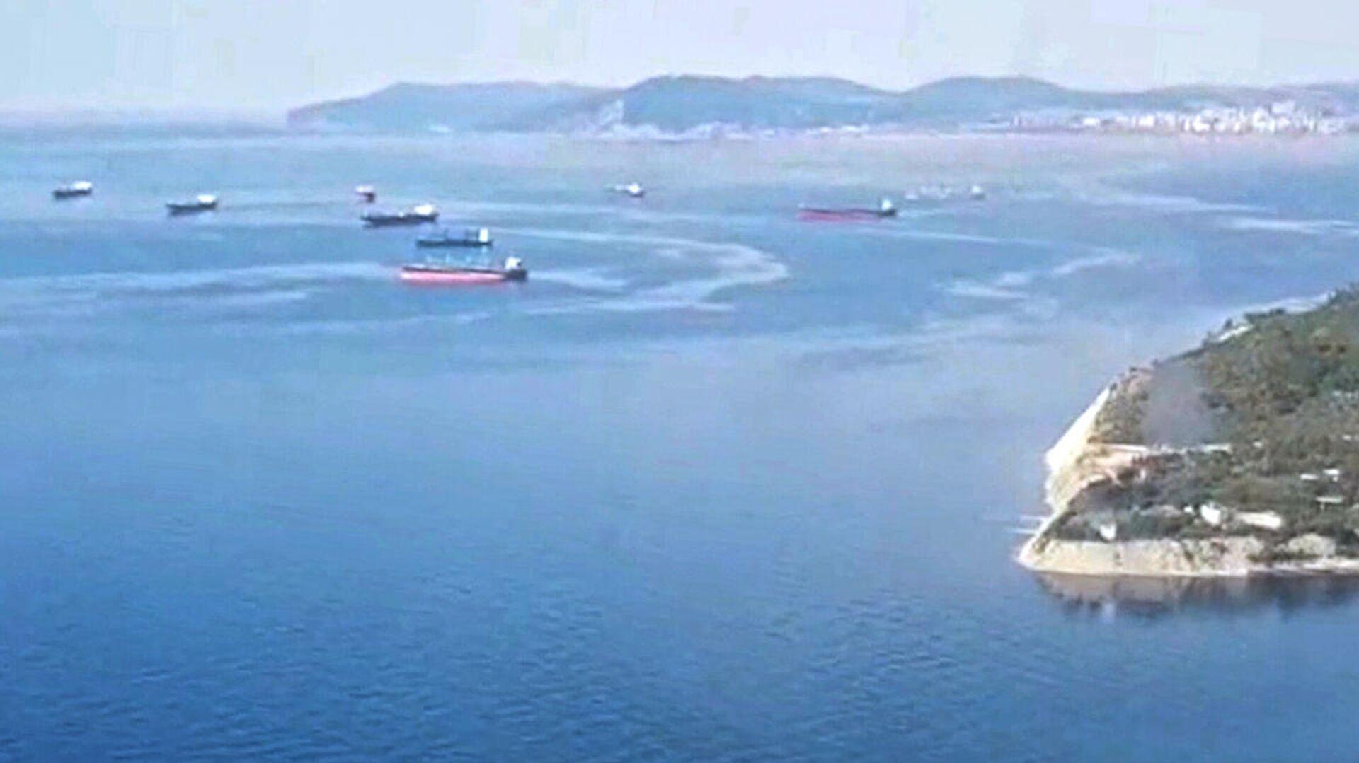 Поиск пропавших матросов с помощью 2 вертолетов МИ-8 в Азовском море, где находится танкер Генерал Ази Асланов - РИА Новости, 1920, 26.10.2020