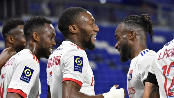 Lyon's Camerounese forward Karl Toko Ekambi (C) is congratuled by teamates after scoring a goal during the French L1 football match between Olympique Lyonnais (OL) and AS Monaco at the Groupama stadium in Decines-Charpieu, near Lyon, south-eastern France, on October 25, 2020. (Photo by PHILIPPE DESMAZES / AFP)
