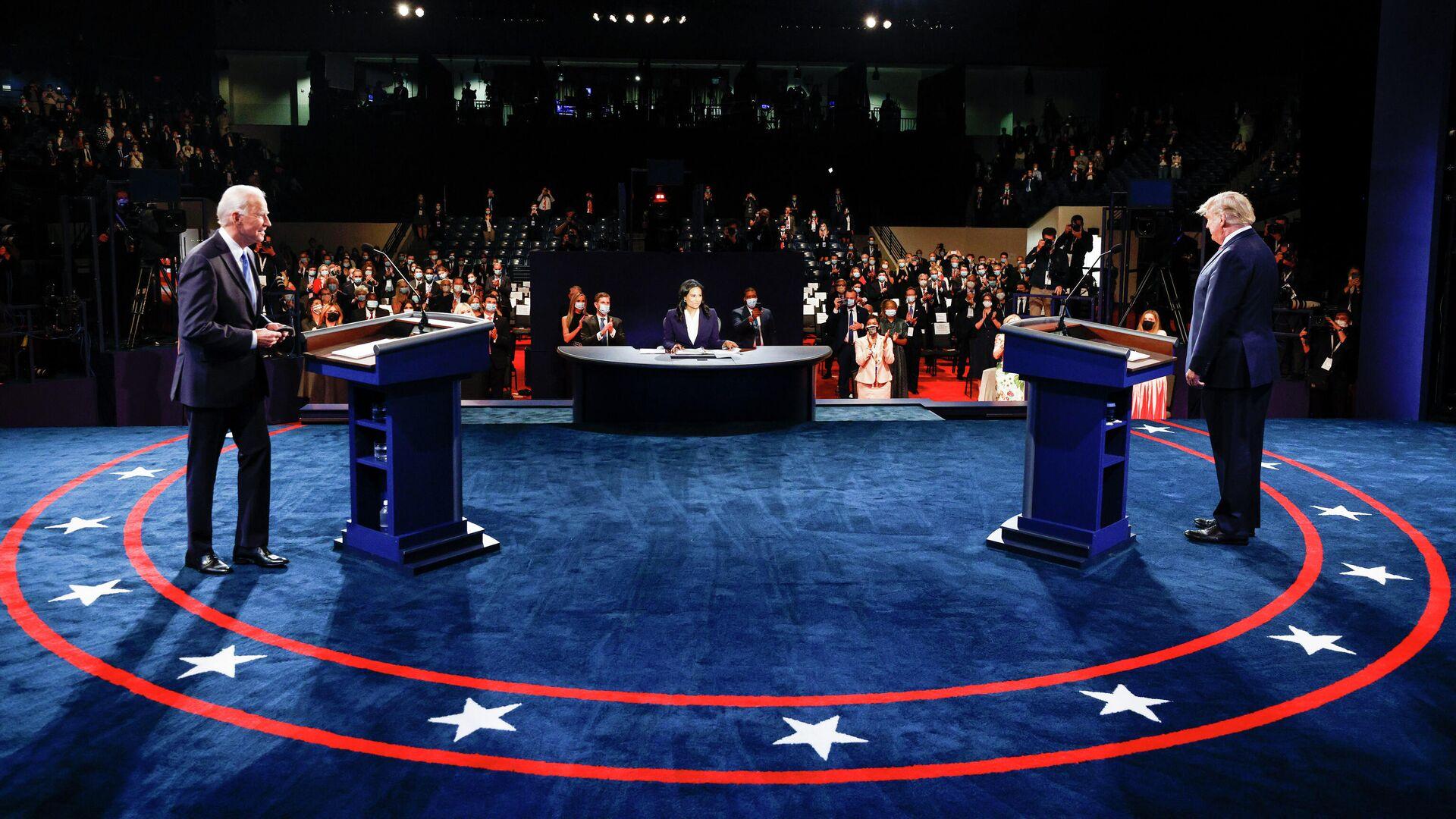 Президент США Дональд Трамп и кандидат в президенты США от Демократической партии Джо Байден во время финальных дебатов в Нэшвилле - РИА Новости, 1920, 03.11.2020