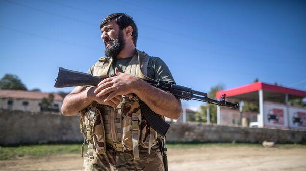 Вооруженный мужчина в селе Чанахчи в Нагорном Карабахе